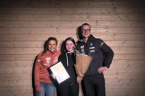 GOD LAGSPELAR: Nathalie Holen Årevik (i midten) fekk pris for å vera inkluderande og skapa godt miljø. Her saman med Ingrid Landmark Tandrevold og Johannes Thingnes Bø. (Foto: Norges skiskytterforbund)