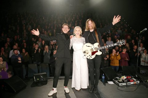 FULLT HUS: Letta og glade etter å ha gjennomført to konsertar på heimebane i Sogndal. Eva og ektemannen Thomas har med seg Konrad Lunde, omtalt som multitalent, på scena. Sistnemnde trakterer både trommer og keyboard - samstundes. (Foto: Hanne Stedje)