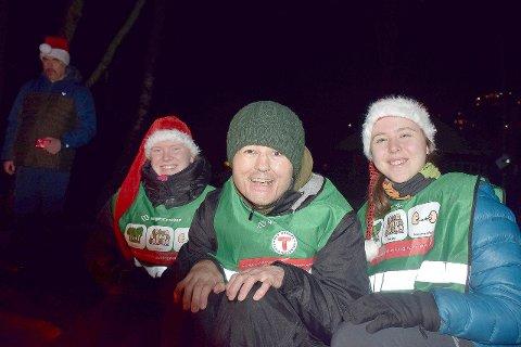 JULETUR: Solveig Haugland Torgersen (23), Trond Fjærestad (49) og Ida Malmedal (25) sit ved bålet der det vart servert graut. (Foto: Ingvild Bakken)