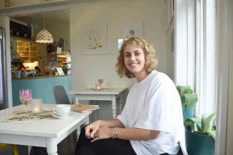 STUDENT OG FRIVILLIG: Marthe Høyheim Lægreid (28) er masterstudent i interiørdesign og frivillig for 4P for People. (Foto: Ingvild Bakken)