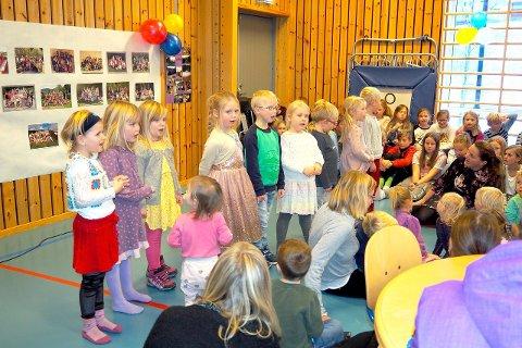 JUBILEUMSFEST: Barnehagen på Indre Hafslo oppvekstsenter er 20 år i år. Her syng barnehagebarna for skuleelevane, foreldre, besteforeldre og bygdefolk. (Foto: Wenche Schanke Eikum)