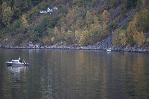 LEITAR: Det har vore 12 båtar i aksjon på fjorden i løpet av tysdagen i letinga etter ein 29 åring i Aurland.