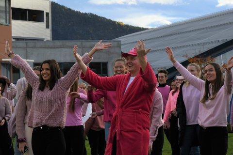 BADAR I ROSA: Russen ved Sogndal vidaregåande skule samlast i eit utal nyansar av rosa tysdag. Nærast er Kristin Kvåle og Iver Måren.