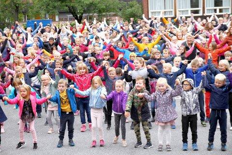 BLIME: I 2019 fylte Farnes skule skuleplassen for å vera med på BlimE-dansen.