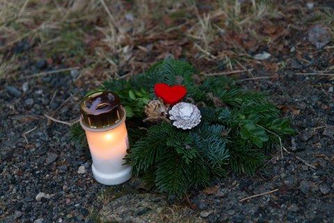 SOLEIDE: Nokon har lagt ned ein krans og tent eit lys ved stien opp til Viefjellet.