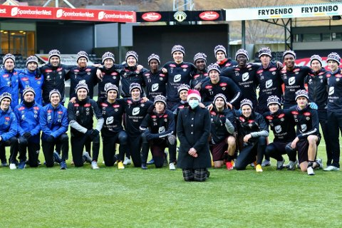 HAR STRIKKA: Siri Andresen har strikka huer til samtlege spelarar og trenarar i Sogndal Fotball.