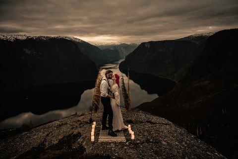 LOKKAR: Slike blinkskot lokkar brudepar frå heile verda til Sogn for å få like spektakulære rammer rundt bryllupet.