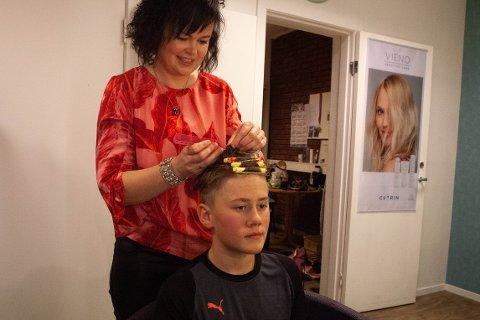 NY FRISYRE: Marita Sandal fiksar håret til Adrian Olai Nordnes.