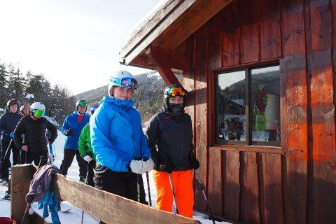 DRAUMESTART: Sigrid Harriet Kvalen (15) t.v. og Linnea Bremer (15) fekk ein draumestart på ferien i skitrekket på Sogn skisenter, Heggmyrane.