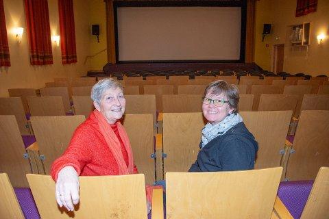FILMGLEDE: – Sjølvsagt skal 70-års jubileet for kinoen vår feirast, onsdag 10. juni. Men først skal me markera kvnnedagen 8. mars med samtale og film her på Bygdahuset, seier Marianne Hoff t.v. og Merete Sande.