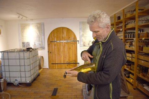 CIDER OG EPLEDRAM: Ciderhuset i Balestrand, her representert ved Aage Eithungjerde, er ein allsidig aktør innanfor den nye næringa.