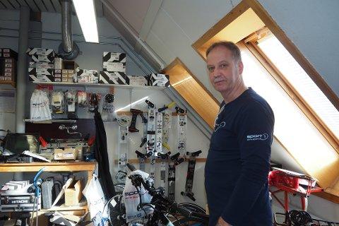 MERKA NEDGANG: Dagleg leiar Bjørn Røneid seier dei har merka nedgang i salet av ski i år i høve til same tid i fjor, og då var det heller ikkje noko bra sal. Det har fått han til å henta fram meir vårleg utstyr fleire veker før vanleg.