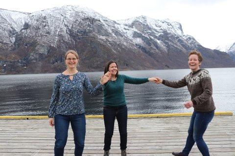 DANSEFOT: F.v. Ingunn B. Skjerdal, Jorunn Ospedal Vallestad og Gøril Tveiten Lie har store planar for å få opp danseinteressa i Aurland.