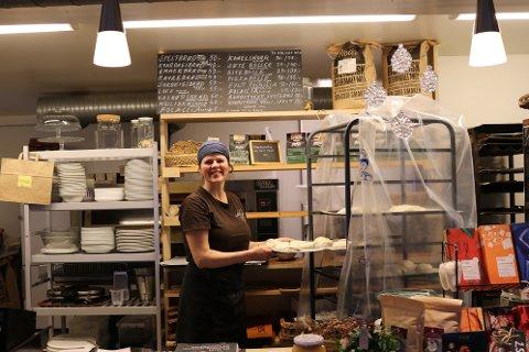 LOKALT: - Det er viktig for meg å gje gjestene ein smakebit av lokal mat, seier Marianne Holme.