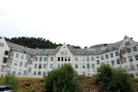 TIL SKIFTERETTEN: Styreleiar i Harastølen Holding AS varsla at selskapet var levert skifteretten 6. mars. No har kommunen fått rekna på kva det kostar å riva hovudbygget.