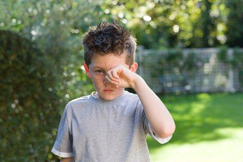 KLØE I AUGO: Symptom på pollenallergi er irritasjon i augo, irritasjon i nasen og nysing.