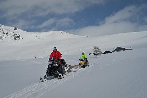KØYRER LØYPER: Jostein Holsæter (fremst i raud jakke) og Audun Hestetun (bak) har brukt helga på å køyra opp løyper i Fardalen. Det legg til rette for nokre spektakulære utsyn for dei som vil ut på ski.