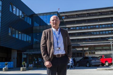 INVESTERER: Administrerande direktør Arve Varden i Helse Førde fortel at sjukehuset no kjøper ny MR-maskin til sjukehuset i Førde. Investeringa blir på 23,5 millionar kroner.