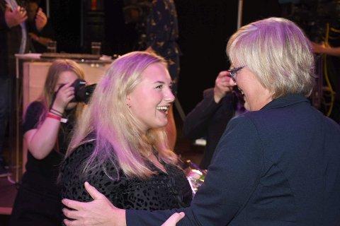 VAL: Frida Melvær og Lise-May Sæle (t.v.) jubla for stortingsplass under valvaka i 2017. No blir Sæle med vidare, medan Melvær seier nei til nominasjon.