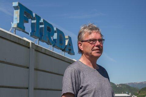 EIN NY STAD: Svein Heggheim hadde aldri vore på taket til Firda-bygget før. På sin siste arbeidsdag blei han tatt med opp for å sjå utsikta.