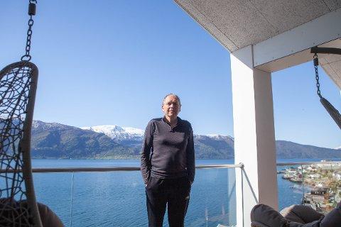 UTSIKT: Kjell Kjørlaug bur saman med kona Sonja i Sognefjorden panorama.