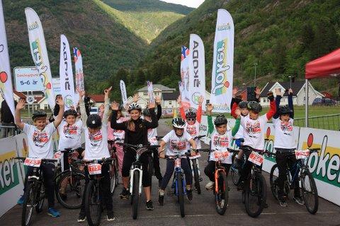 BRA OPPMØTE: 70 born tok fatt i sykkelrattet og koste seg på skøytebana som vart omgjord til sykkelbane, 21. juli i Lærdal.