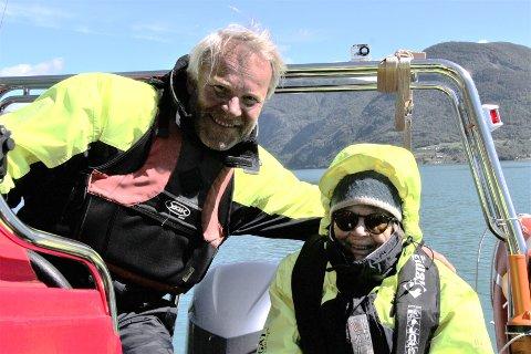 FANN TONEN: Steinar Rorgemoen i Luster Nature Guides fann fort tonen med Aslaug Grøsland ute i ribbåten på Lustrafjorden.