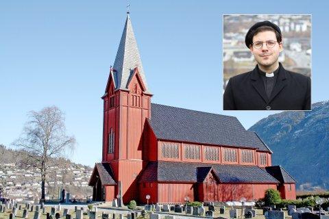 UØNSKT AV KONFIRMANTFORELDRE: Det er ikkje ynskjeleg at sokneprest Mikael Bruun (innfelt) deltek i konfirmasjonsundervisninga i Sogndal, skriv foreldre i eit brev til kyrkja.