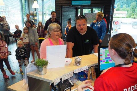 STORFAMILIEN: Anna Thea Stølen (64) inviterte storfamilien med i Lustrabadet. Her fremst med sonen Gard Stølen (37) for å fiksa billettar til alle. Og dei er ikkje åleine om å ville bada. Lustrabadet sette ny rekord i juli.