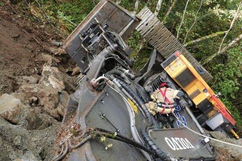 DRAMATISK: Ein redningsmann frå Voss brannvesen vart heist ned i tau og lukkast i å få føraren ut av gravemaskina.