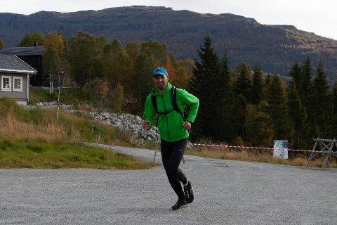 OPPVARMING: Ryan Mcevoy varmar opp før han skal gi seg ut på det 18,3 kilometer lange løpet.