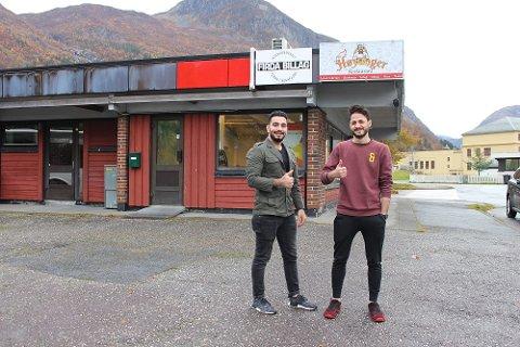 FRÅ OPNINGA: Ahmad Barghol (t.v) og Mohammad Aldreie utanfor lokalet nokre dagar før Høyanger Restaurant opna i oktober i fjor.