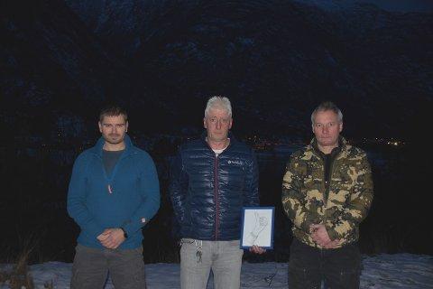 VIL GJERA EIN SKILNAD: Odd Arve Paaske (i midten) er glad for initiativet Njål Kaardal Golf (t.v.) og Mark Brooks (t.h.) tok med å oppretta minnefond i sonen, Ingar Molde Paaske, sitt namn. Mor til Ingar, Anne Molde, er også med i minnefondgruppa. 18-åringen som omkom i den tragiske drukningsulukka i sommar vaks opp på Tønjum, som mørket senkar seg over i bakgrunnen.