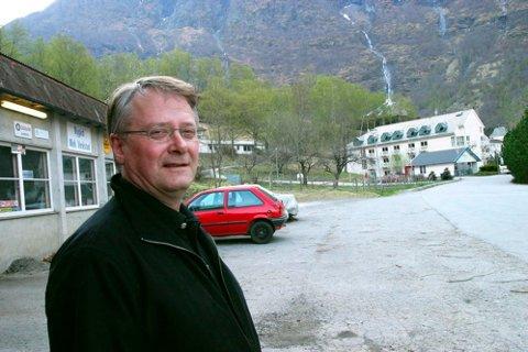 LITE KJEKT: Ragnar Vidme, som er ein av tre eigarar i selskapet eMobility Flåm AS, seier han vil slåst for at verksemda skal koma seg heilskinna ut av koronakrisa.