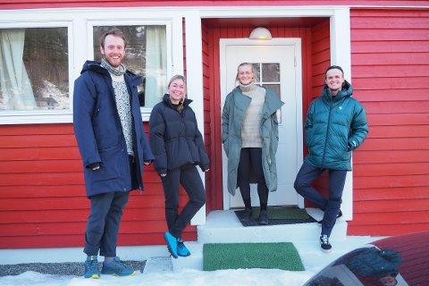 GLADE: Så smilande og glade vert gjengen frå Oslo når dei kjem seg ut i Jostedalen. I det raude huset har dei heimekontor frå jobbar i fire ulike firma i hovudstaden. F.v. Håvard Refvik (27), Cathrine Børsand (31), Camilla Børsand (28) og Vetle Birkeland (28).
