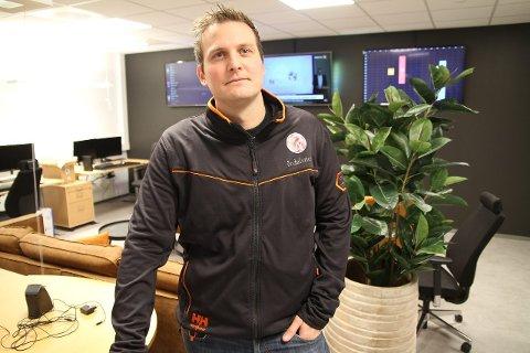 NY TV-LEVERANDØR: Jan Stian Smedegård, dagleg leiar i Årdalsnett, seier at dei byter TV-leverandør frå Telenor til Telia.