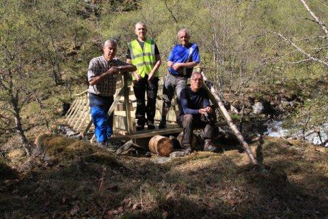 ARBEIDSLAGET: Her er brua på plass, og arbeidslaget kan vera godt nøgde. F.v. Stein Bugge Næss, Anders Johnsen, Arne Fossøy og Edin Lingjerde.
