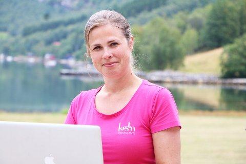 GÅR BRA: Heime frå Ikjefjorden i Høyanger kommune leverer Kristin Myren tenester til både lokale og regionale verksemder.