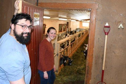 MODERNE: Bernat Alarcon og Maria Undredal kikar inn til geitene, før dei tok sommarferie på stølen.