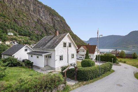 IDYLL: Det er opplese og vedteke at i det er idyllisk i Solvorn. Det har også lokka mange til visning på denne eigedomen.