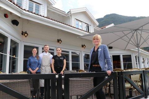 NØGDE: Har hatt ein travel sommar. F.v.: Nina Ribero, resepsjonist, kokk David Pivonski, servitør Agata Michalek og dagleg leiar Ingvild Åsvang.
