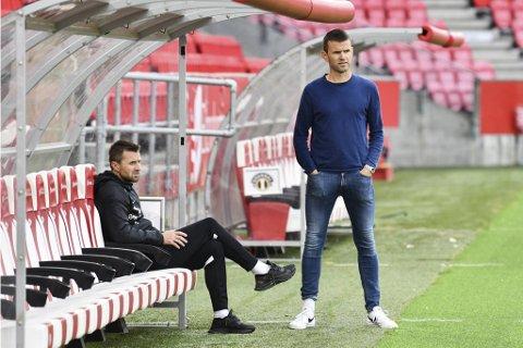 PÅ STADION SØNDAG: Eirik Horneland og Eirik Bakke møttest til dyst på Stadion søndag. Etterpå fekk dei begge spørsmål om den ledige Brann-jobben frå 2022.