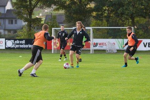 Kenneth Sola (midten) er fungerende trener for Havdur-herrene.