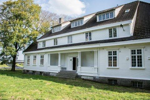 Den historiske skolebygningen ligger nå ute til salgs.