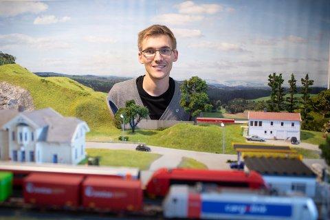 Andreas Berg Tjelta elsker detaljer og har brukt mye tid på å lage modelljernbanen sin så realistisk som mulig.