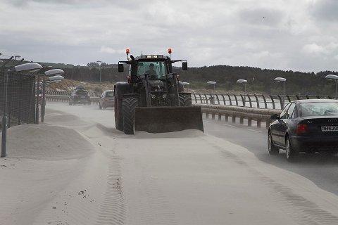 Arkivbilde. Det har tidvis vært svært dårlige forhold på Nordsjøvegen som følger av sandflukt fra stranden.