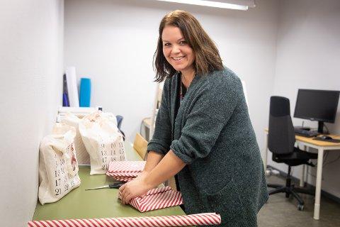 På Sola bibliotek har de ansatte pakket inn nesten 300 bøker for å gi en helt spesiell og gratis julekalender til småbarnsforeldre. Hver dag kan barna pakke opp en bok som de kan lese sammen med foreldre. - Og alt er helt gratis, sier Elin Rossavik.