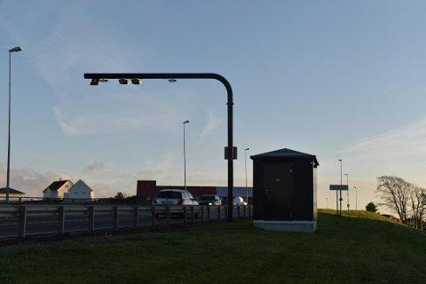 Mange vil ha denne bommen vekk. Statens vegvesen mener det vil gi et betydelig inntektstap å flytte bommene rundt Risavika.