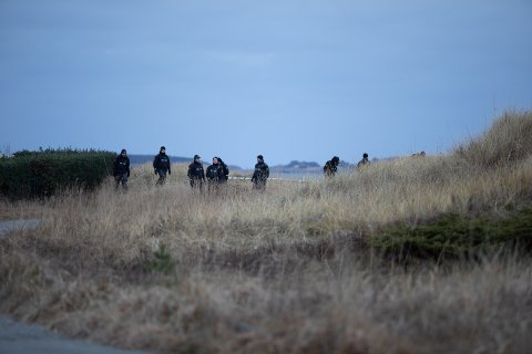 Det var et stort politioppbud på stedet tirsdag formiddag. Nå etterlyser politiet en svart Opel Astra.