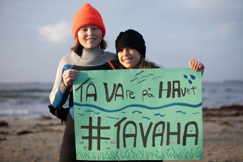 Inga Bergøy Miljeteig og Juni Moana Angeline Nordhagen viste sin støtte til havet på Solastranden søndag.